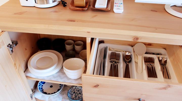 食器棚をあけた写真