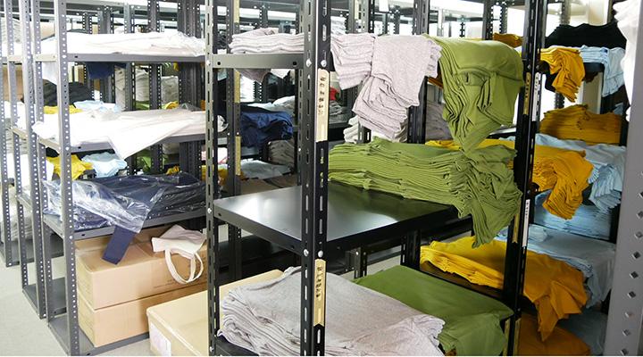 倉庫に積まれるTシャツ