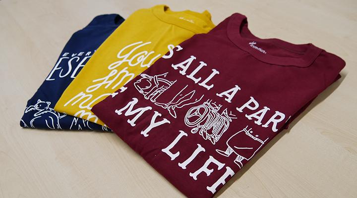 サポートSHOPで取り扱う、3種のTシャツが並ぶ