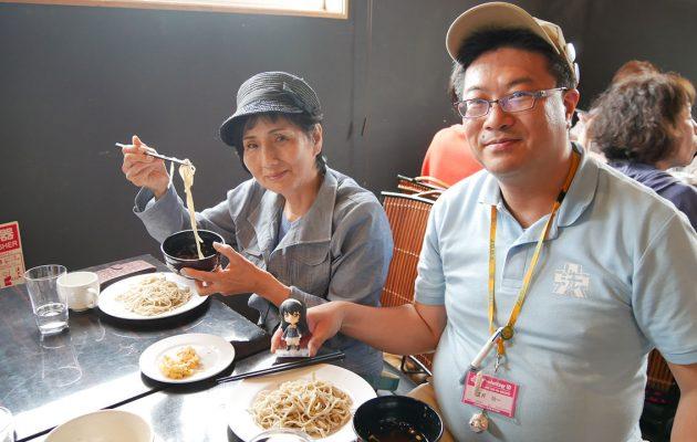 そばを食べる参加者と盲導犬ユーザー