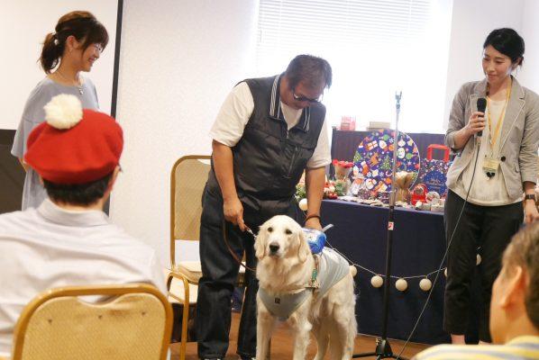 自分と盲導犬について話をする盲導犬ユーザー