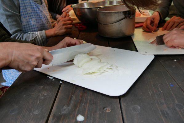 玉ねぎをきれいにスライスしています