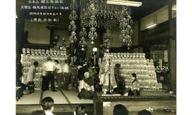 お寺で話をするお坊さんの白黒写真