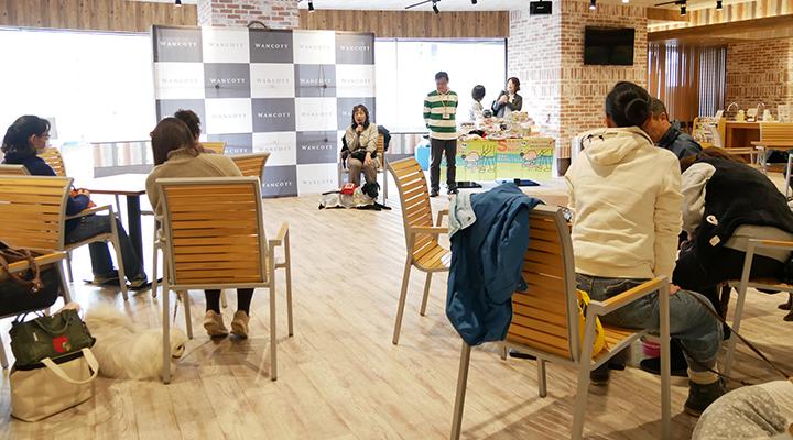 ユーザーの話を静かに聴く参加者の写真