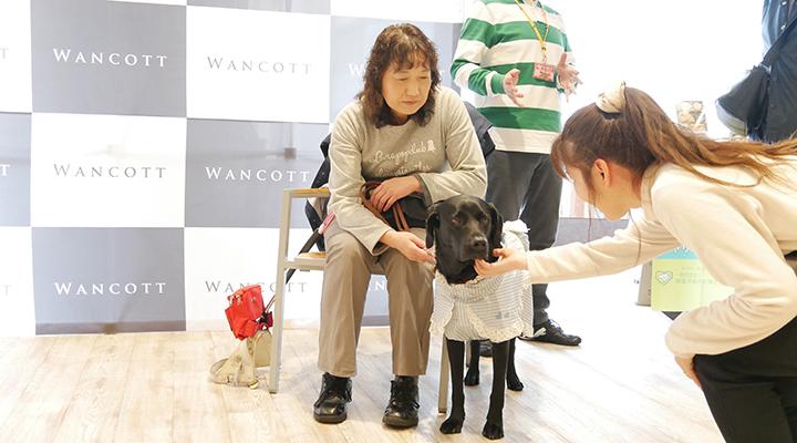 ふれあい中の盲導犬ジーンとユーザー碇谷さん