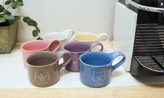 マグカップの写真。白、薄黄色、薄紫、水色、薄茶、ピンクの色が並ぶ。