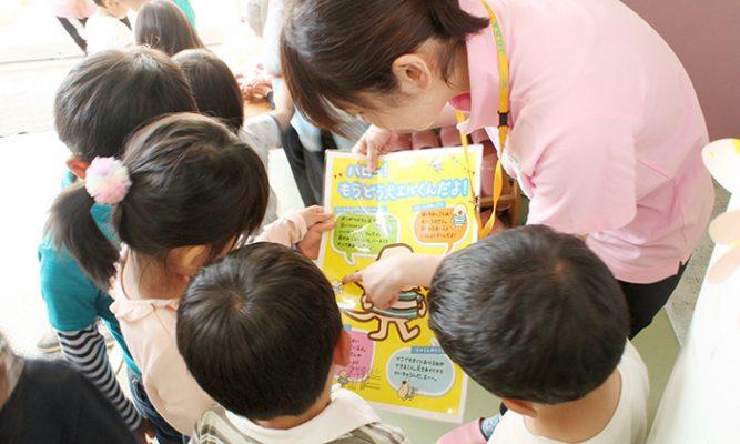 ポスターを一所懸命読む子どもたちの写真
