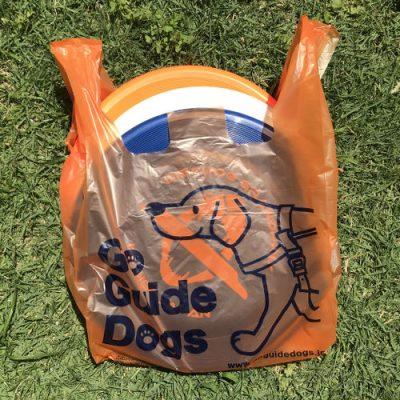 リサイクルワンツー袋にフリスビーディスクを三枚入れた写真