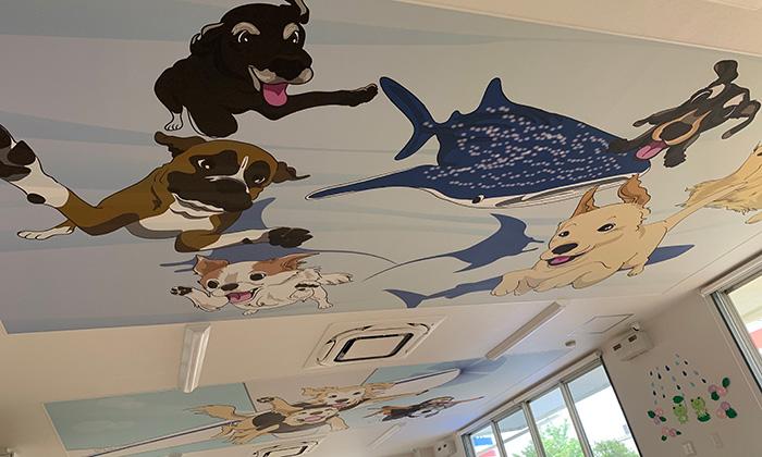 犬やクジラ等色々な動物が空を飛ぶイラストが天井に描かれている