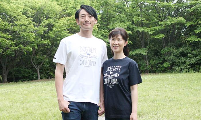 白のTシャツを着る男性。ネイビーのTシャツを着る女性。ともに胸元にロゴ