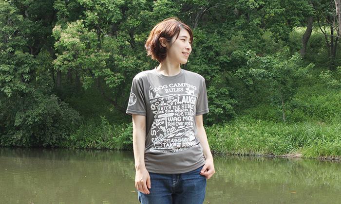 グレーにホワイトのプリントがされたTシャツを着る女性