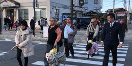 横断歩道を歩く盲導犬ユーザーと一般参加者