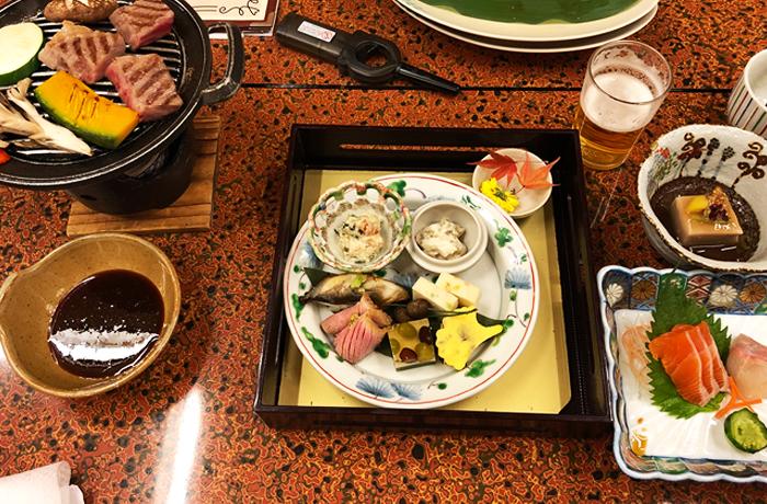 和食の懐石料理がテーブルに並ぶ
