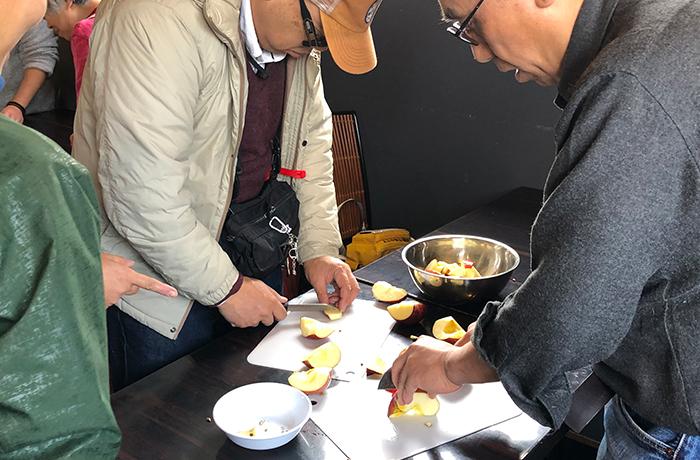 包丁を持ちリンゴをカットする男性ユーザー