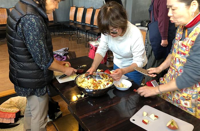 鍋にリンゴを入れるユーザー